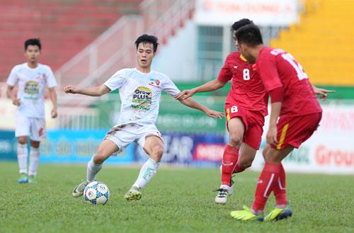 Văn Toàn (trái) ghi ba bàn sau bốn trận tại giải năm nay. Ảnh: Đức Đồng.