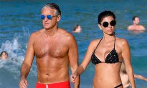 Roberto Mancini tắm biển cùng bồ mới
