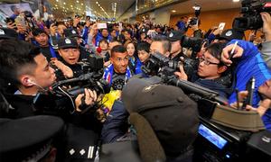CĐV chen nhau đón Tevez tại Trung Quốc