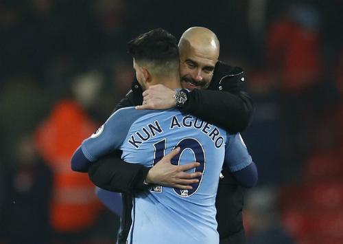 HLV Pep Guardiola ôm Aguero sau khi trận đấu kết thúc. Ảnh: Reuters.