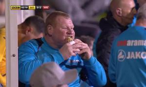 Thủ môn dự bị thản nhiên ăn bánh khi đội nhà đấu với Arsenal