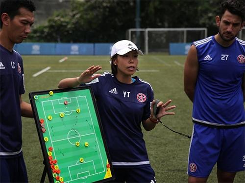 hlv-nu-dau-tien-dan-doi-bong-nam-du-champions-league-chau-a