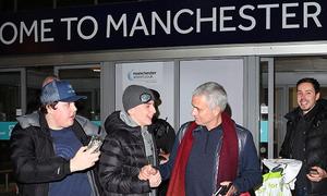 Mourinho tặng gối cho CĐV Man Utd