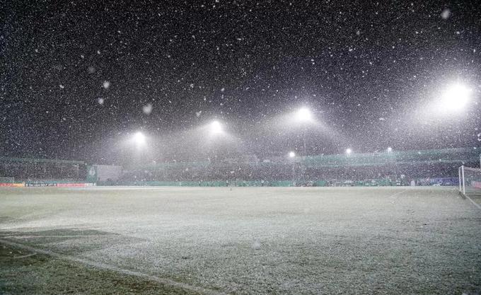 Mưa tuyết gây hoãn trận đấu của Dortmund