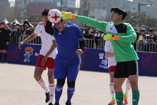 maradona-tai-hien-ban-tay-cua-chua-khi-du-u20-fifa-world-cup-1