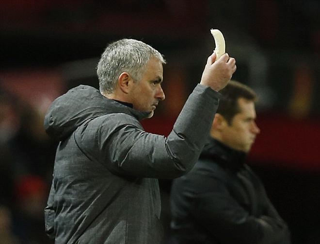 Mourinho bóc chuối cho học trò ăn trên sân