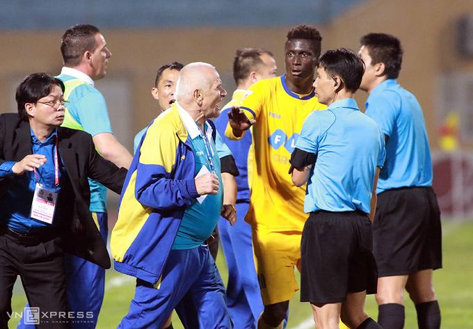 HLV Thanh Hoá đòi ăn thua với trọng tài vì không được công nhận bàn thắng