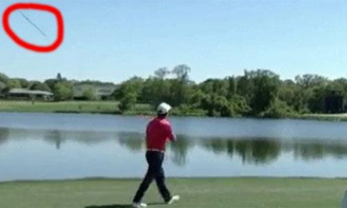 golf-thu-nem-gay-xuong-ho-sau-hai-cu-danh-xuong-nuoc
