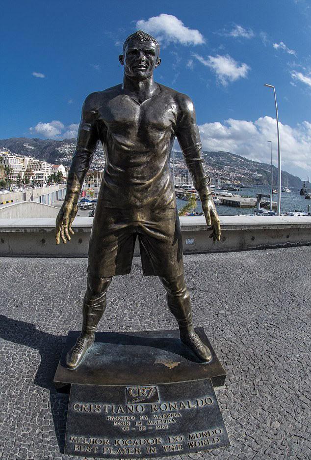 Lễ đặt tên sân bay Ronaldo bị bức tượng thảm họa che mờ