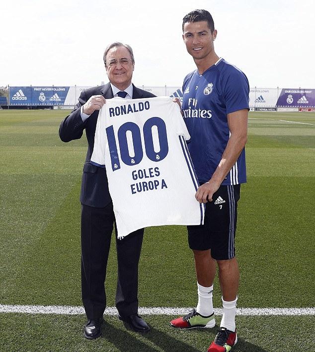 Chủ tịch Real tặng áo số 100 cho Ronaldo