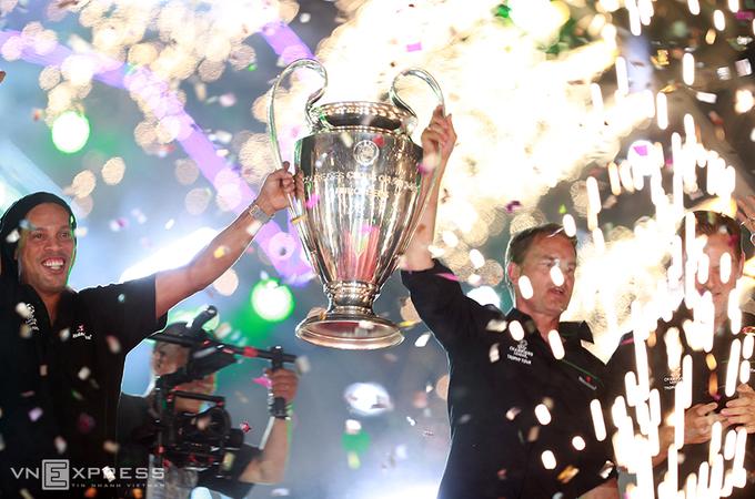 Ronaldinho khoe Cup Champions League với khán giả TP HCM