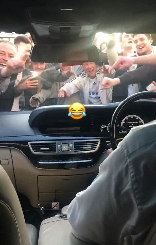 CĐV Chelsea vây kín xe của Lampard sau trận bán kết FA Cup