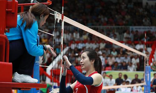 Đội bóng chuyền nữ Triều Tiên dừng trận đấu phản ứng trọng tài