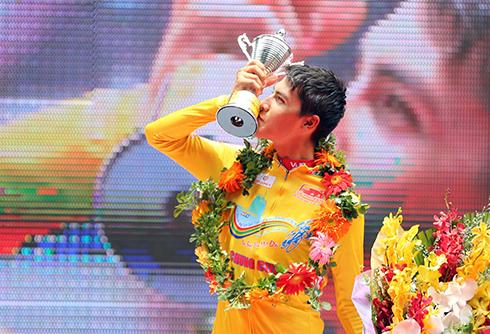 cua-ro-lao-doat-ao-vang-chung-cuoc-cup-truyen-hinh-tp-hcm-2017