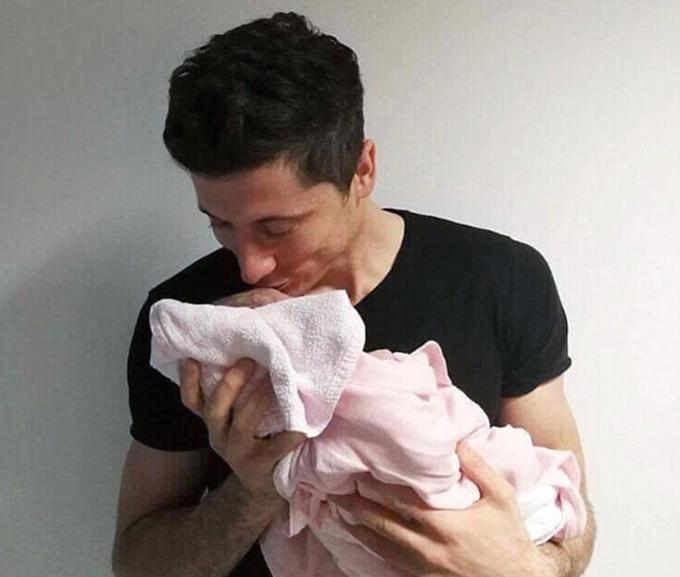 Lewandowski lần đầu làm bố