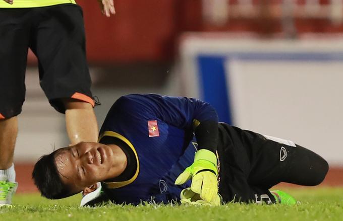 Thủ môn U20 Việt Nam chấn thương trong buổi tập đầu ở TP HCM