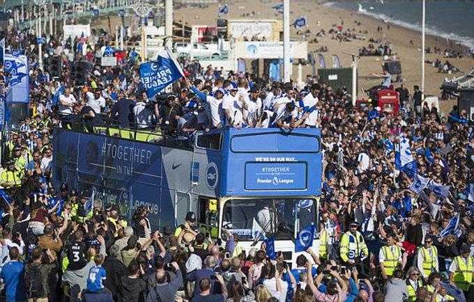 Biển người chào đón đội mới giành vé lên Ngoại hạng Anh