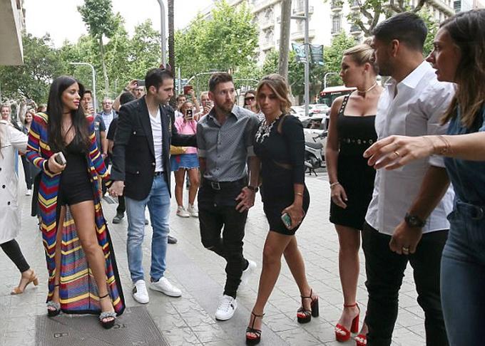 Fabregas về Tây Ban Nha mừng nhà Messi và Suarez mở cửa hàng giày