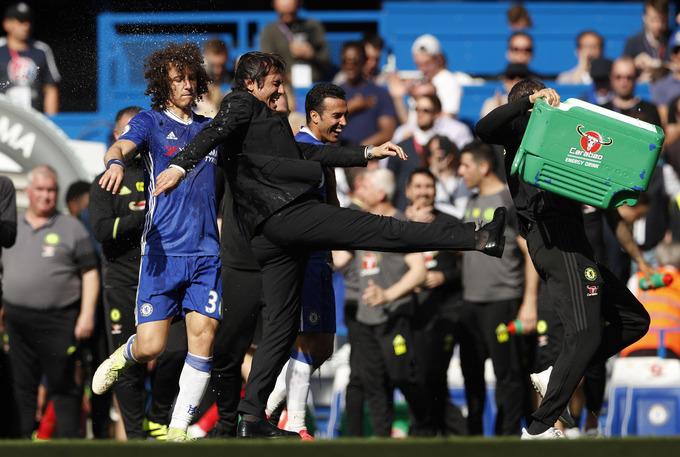 Conte bị dội thùng nước trong lễ đăng quang của Chelsea