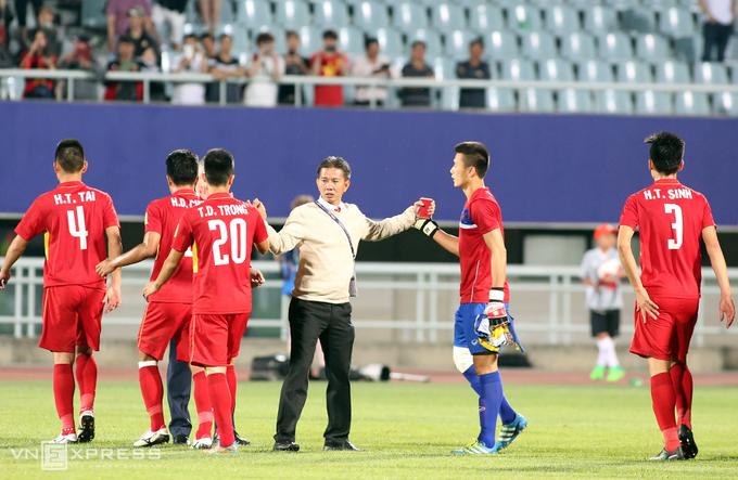 Vì sao HLV Hoàng Anh Tuấn quát tháo khi cầu thủ Việt Nam gục xuống sân