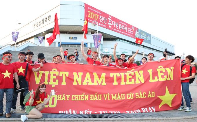 CĐV Việt Nam biến sân Cheonan thành 'Mỹ Đình giữa lòng Hàn Quốc'