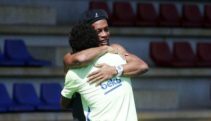 Ronaldinho tái xuất trên sân tập, động viên Barca