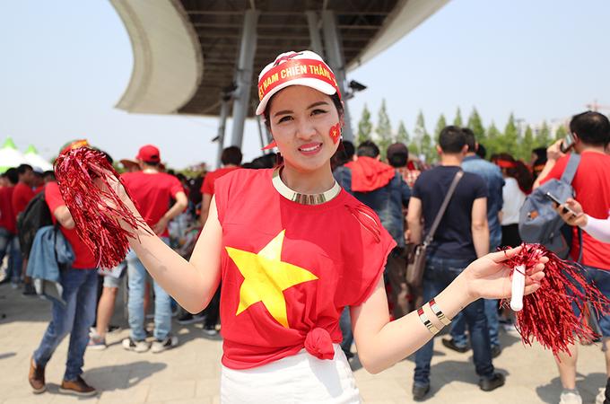 CĐV Việt Nam 'bủa vây' sân Jeonju