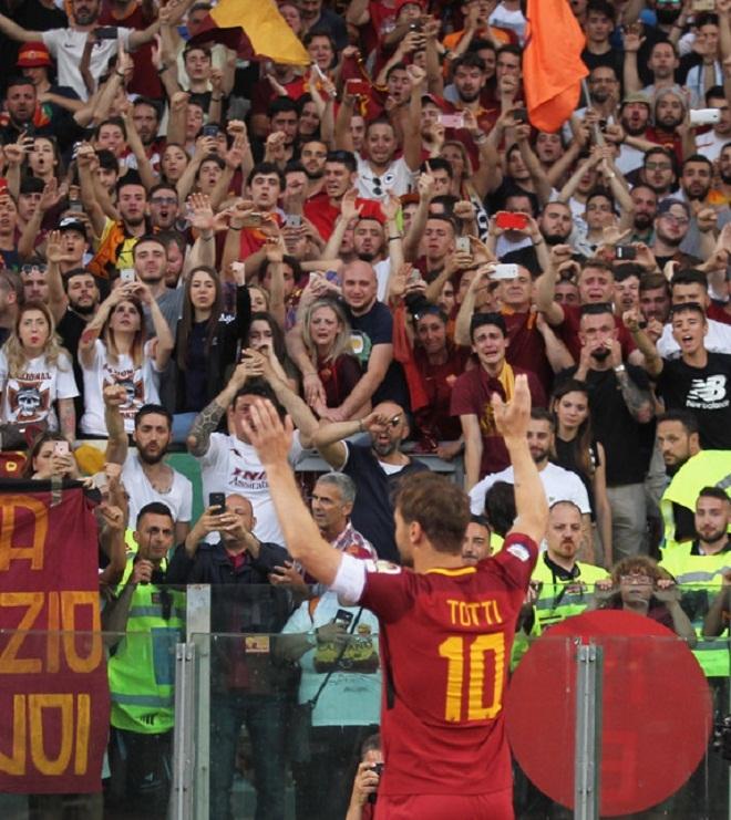 CĐV Roma bật khóc trong thời khắc giã biệt Totti