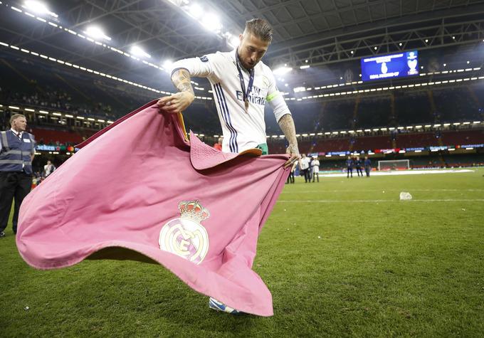 Cầu thủ Real cắt nát khung thành trong lễ ăn mừng