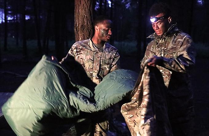 Tuyển Anh luyện tập trong trại lính