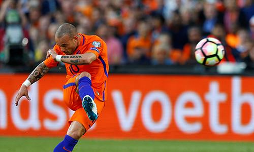 sneijder-vuot-van-der-sar-lap-ky-luc-khoac-ao-tuyen-ha-lan