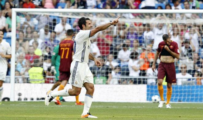 Luis Figo sút phạt ghi bàn từ khoảng cách 20 mét