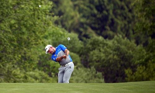 golfer-boi-trong-co-de-tim-bong-tai-san-to-chuc-us-open-2017