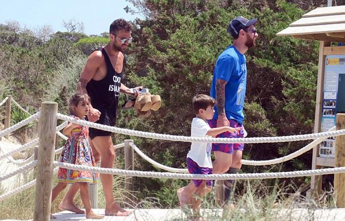 Gia đình Messi và Fabregas cùng nhau đi nghỉ hè