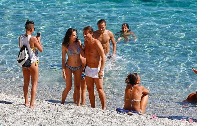 Conte đưa vợ con đi biển