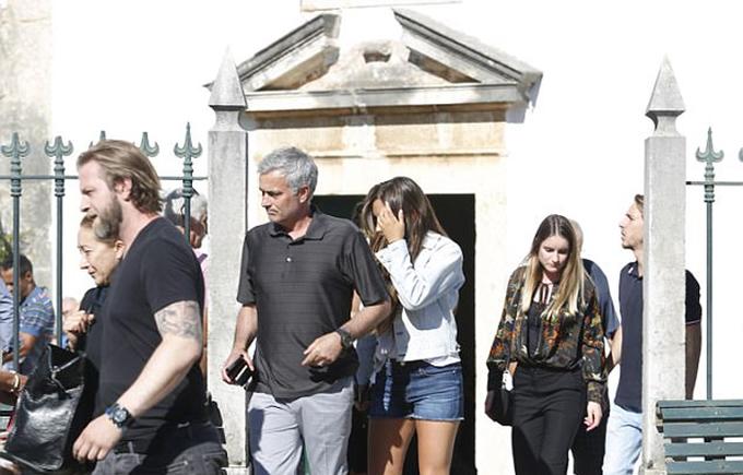 Mourinho về quê đưa tang bố