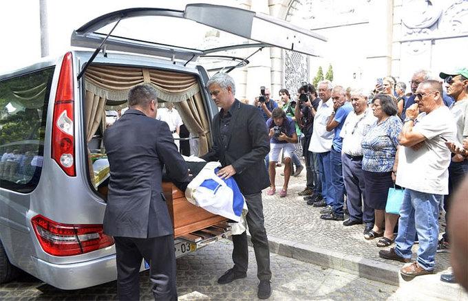 HLV Mourinho đưa cha về với cát bụi