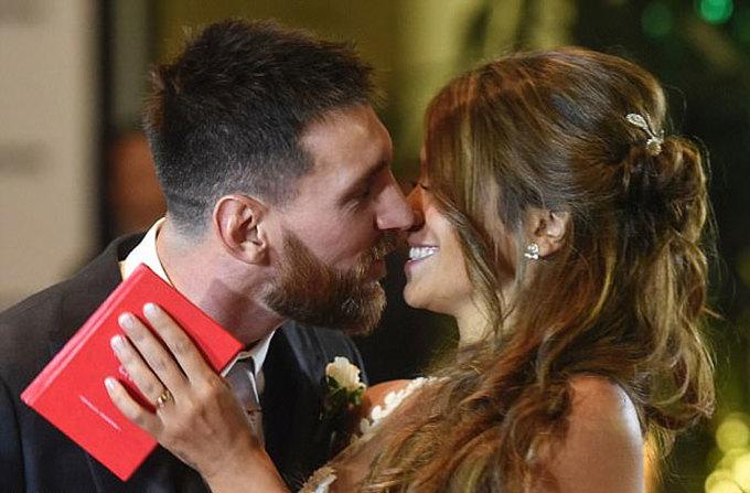 Messi âu yếm vợ trong ngày cưới