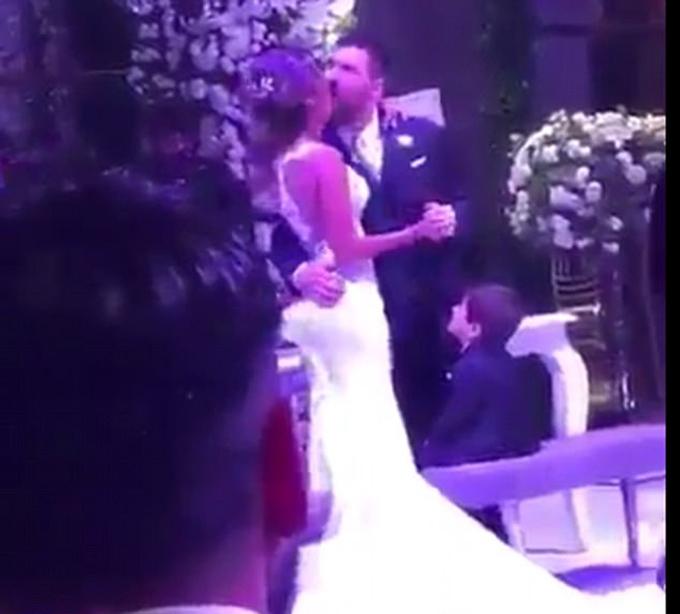Khoảnh khắc bối rối của vợ chồng Messi trong đám cưới