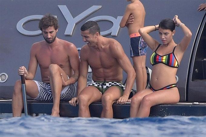 Bạn gái Ronaldo lộ bụng bầu khi mặc bikini