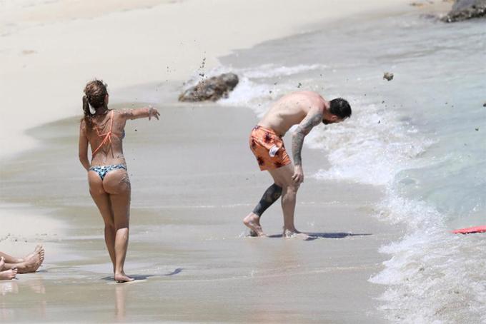 Vợ chồng Messi ném cát lên người nhau
