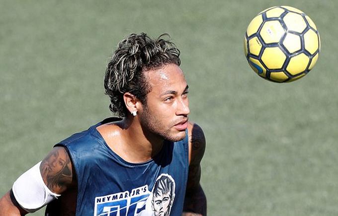 Neymar khoe hình xăm mới trước ngày trở lại Barca