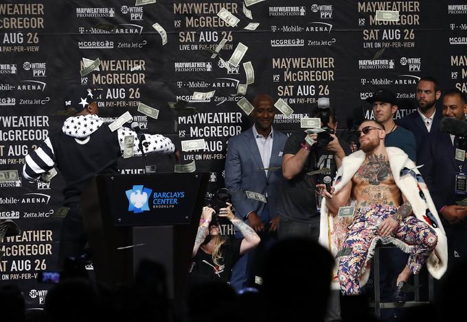Mayweather ném tiền vào McGregor