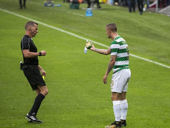 Cầu thủ nhận thẻ vàng sau khi suýt bị ném chai trúng người