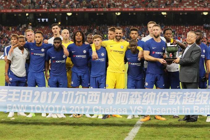 Cup vô địch Ngoại hạng Anh phải qua kiểm tra an ninh sân bay