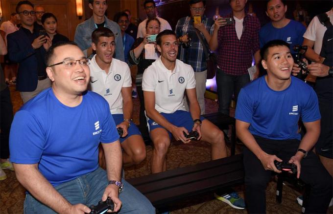 Cầu thủ Chelsea chơi điện tử cùng CĐV tại Singapore