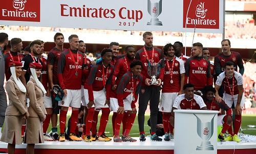 arsenal-vo-dich-emirates-cup-du-thua-sevilla