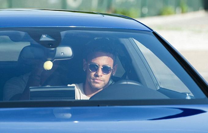 Neymar đến sân tập Barca, và ra về sau 43 phút