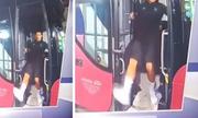 Ronaldo suýt ngã ngửa vì trượt chân
