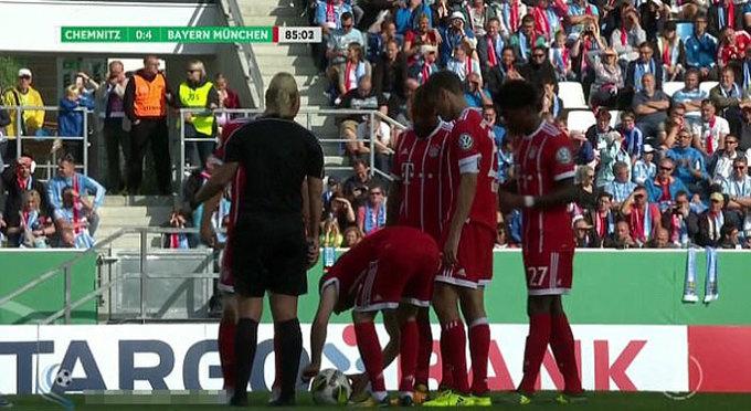 Ribery lén tháo dây giày của nữ trọng tài